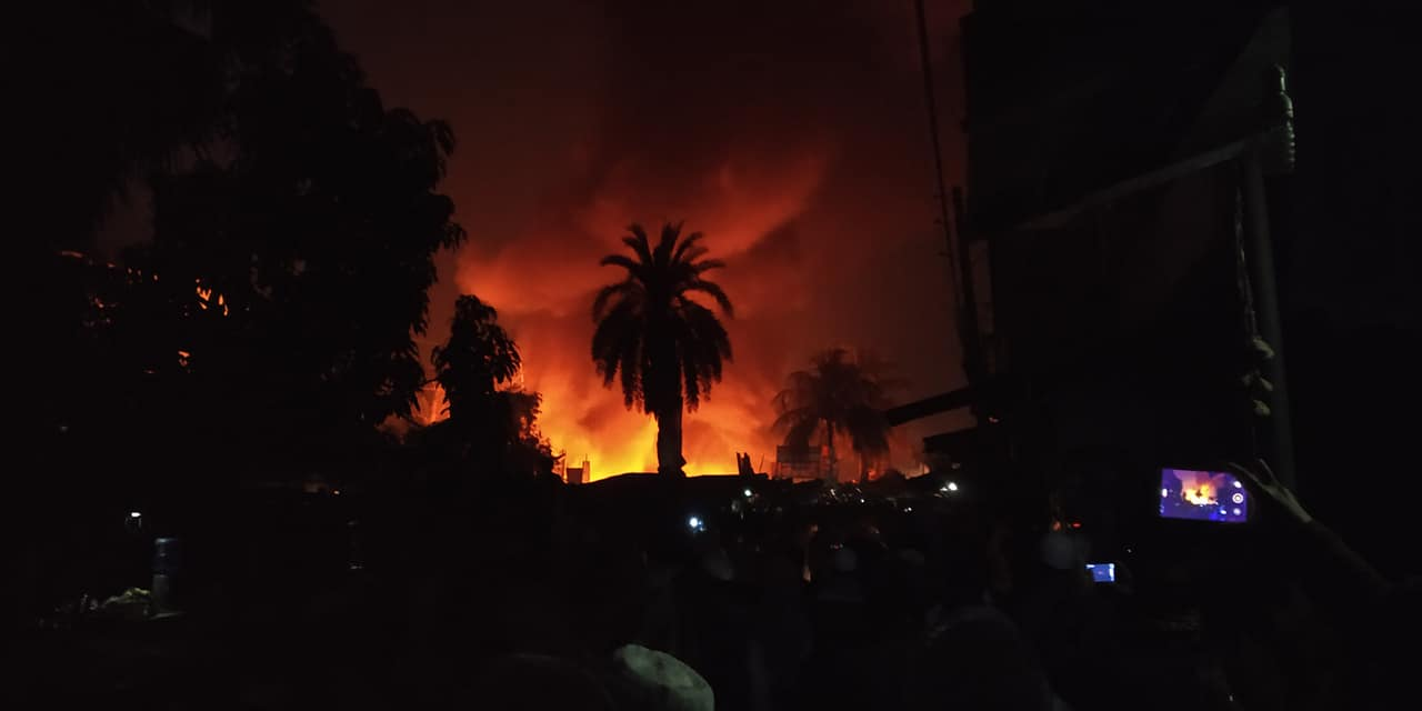 Photo of The fire in the adjacent slum in front of the railway line in Uttara – Dhaka [Video]